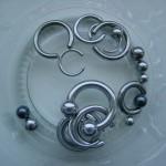Do que são feitos piercings e alargadores