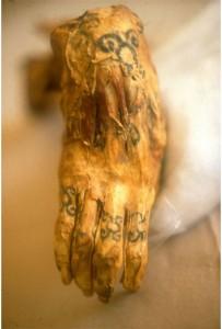 A não direita de uma múmia Chiribaya com tatuagens nos dedos e pulso.