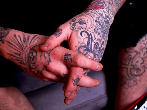 Fotos de tatuagens nas mãos e dedos (52)