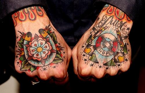 Fotos de tatuagens nas mãos e dedos (45)