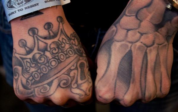 Tatuagens Na mão coroa