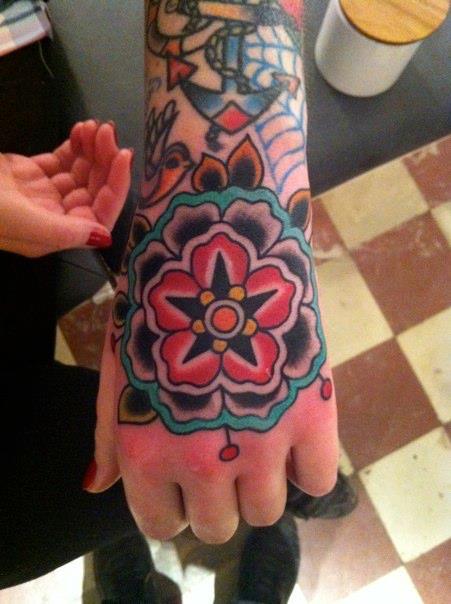 Fotos de tatuagens nas mãos e dedos (23)