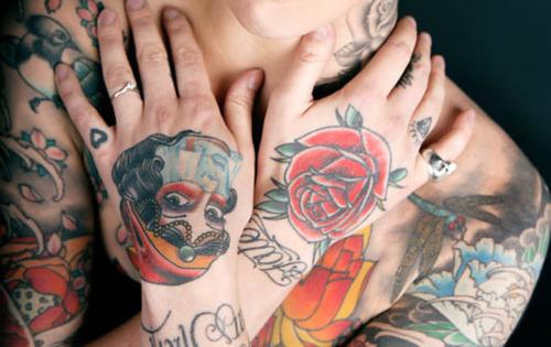 Fotos de tatuagens nas mãos e dedos (21)