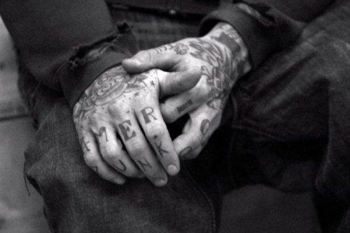 Fotos de tatuagens nas mãos e dedos (20)