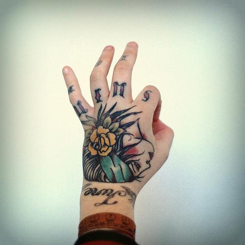 Fotos de tatuagens nas mãos e dedos (10)