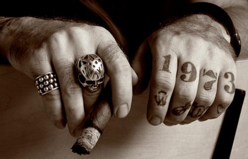 Fotos de tatuagens nas mãos e dedos (4)