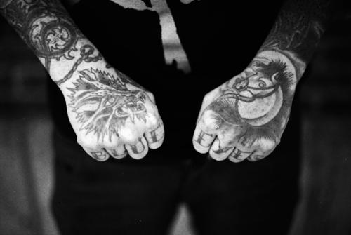 Fotos de tatuagens nas mãos e dedos (3)