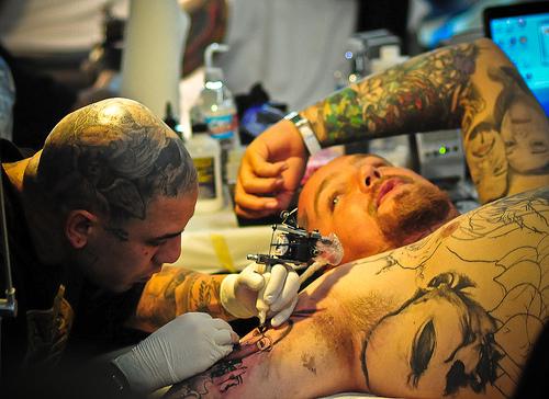 Como é o trabalho de um tatuador (2)