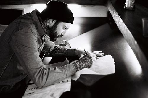 Fotos em preto e branco de homens tatuados (13)