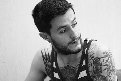 Fotos em preto e branco de homens tatuados (9)