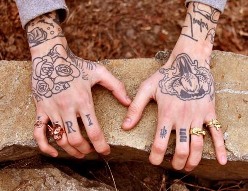 Exemplos de tatuagens nas mãos e dedos (46)