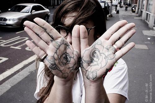 Exemplos de tatuagens nas mãos e dedos (45)