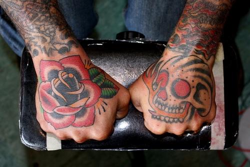 Exemplos de tatuagens nas mãos e dedos (44)