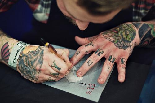 Exemplos de tatuagens nas mãos e dedos (43)