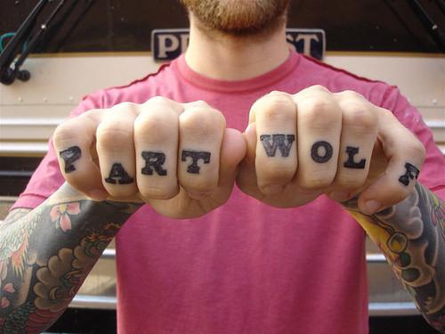 Exemplos de tatuagens nas mãos e dedos (38)