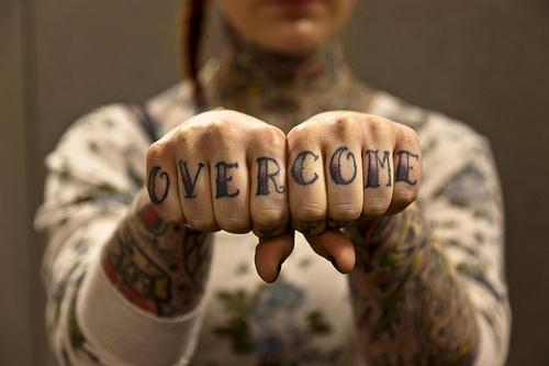 Exemplos de tatuagens nas mãos e dedos (28)