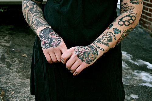 Exemplos de tatuagens nas mãos e dedos (24)