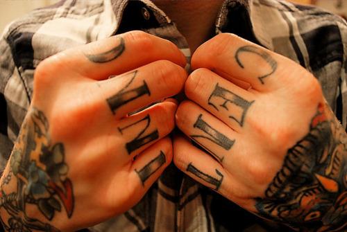 Exemplos de tatuagens nas mãos e dedos (15)