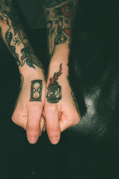 Exemplos de tatuagens nas mãos e dedos (8)