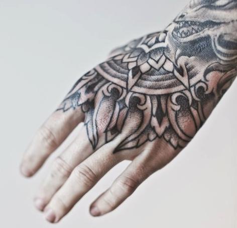 Exemplos de tatuagens nas mãos e dedos (5)