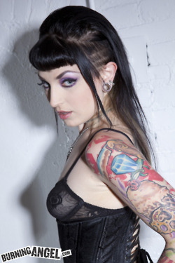 Garotas morenas tatuadas (55)