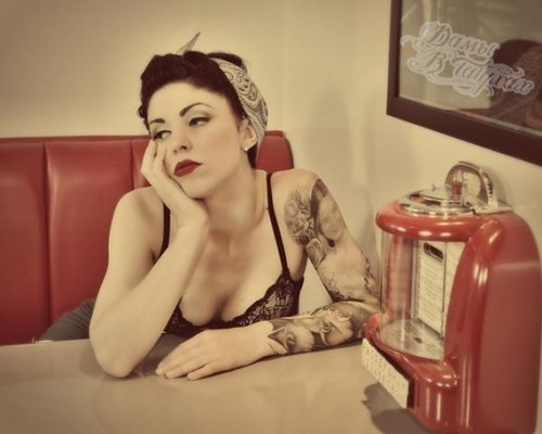 Garotas morenas tatuadas (48)