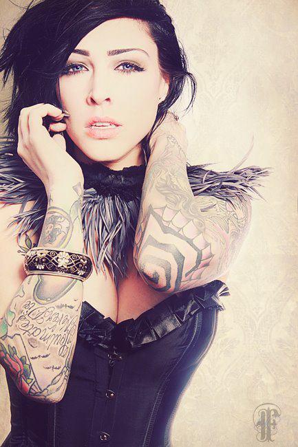 Garotas morenas tatuadas (38)