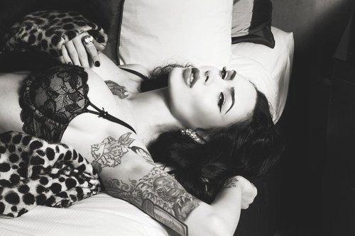 Garotas morenas tatuadas (35)