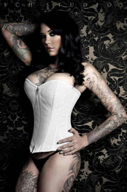 Garotas morenas tatuadas (33)