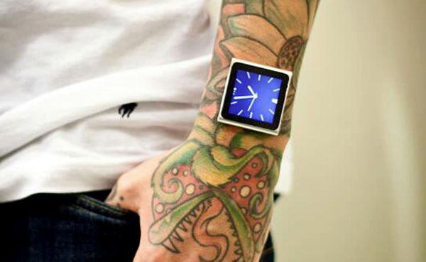 Tatuador implanta iPod no pulso (4)