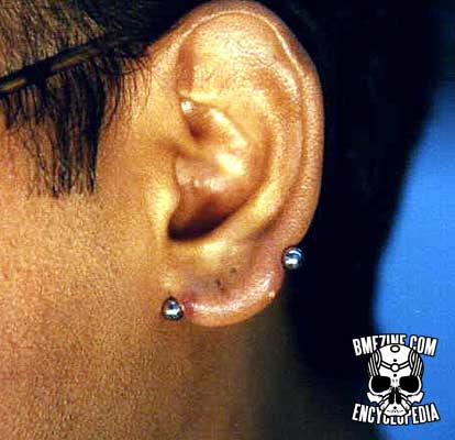 Tipos-de-piercings-de-orelha-Transversal-de-lobulo