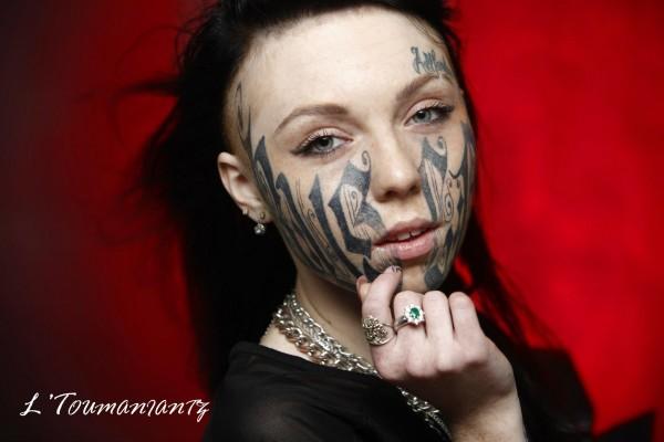 Jovem Russa tatua o nome do namorado no rosto