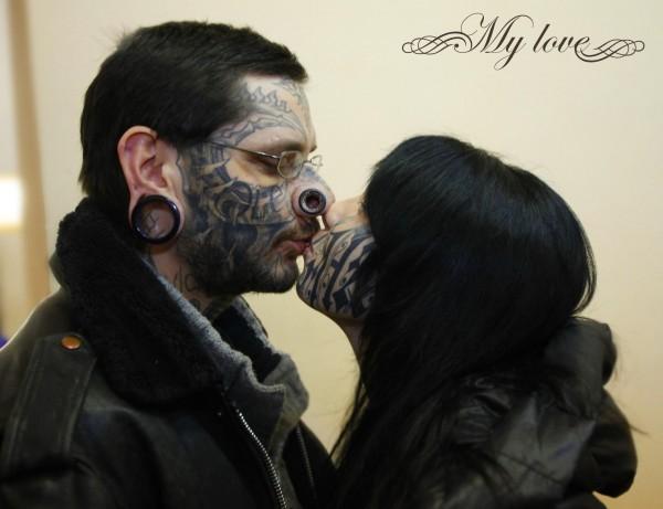 Russa tatua nome do namorado no rosto