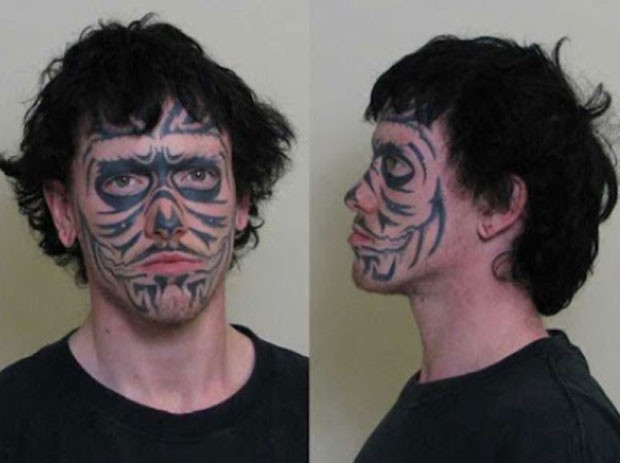 Criminoso identificado por tatuagem no rosto