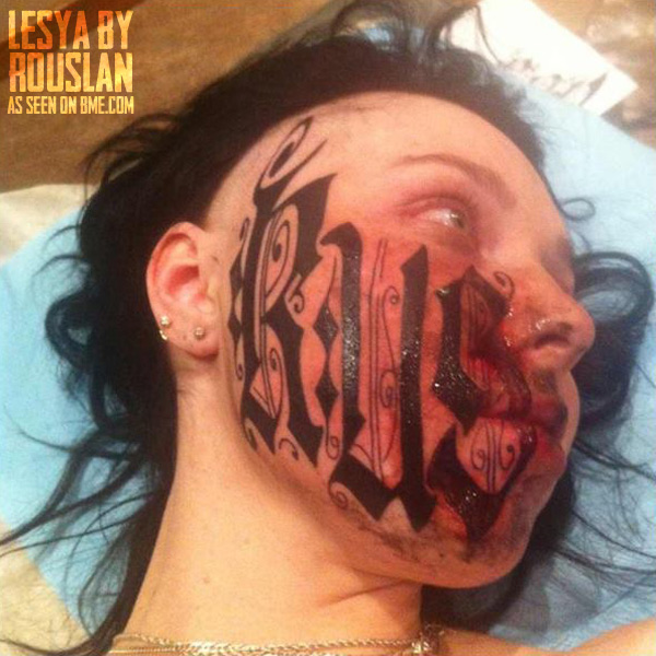 Jovem Russa tatua nome do namorado no rosto