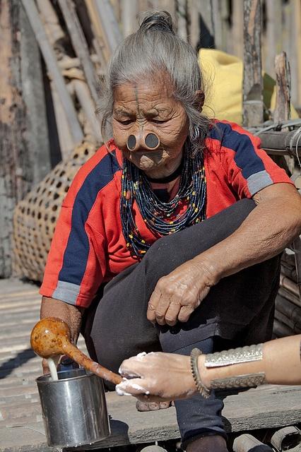 As mulheres da tribo Apatani 04