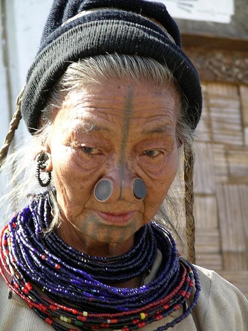 As mulheres da tribo Apatani 14