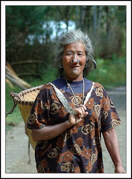 As mulheres da tribo Apatani 15
