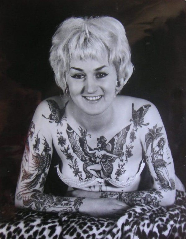 Taruadora e pin up tatuada Cindy Ray 01