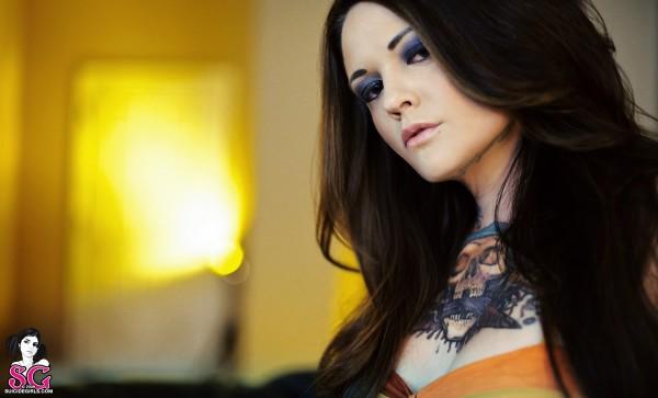 Mulher tatuada Amina Munster 26