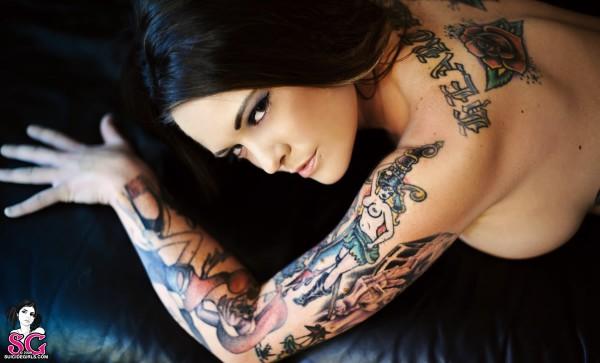 Mulher tatuada Amina Munster 27