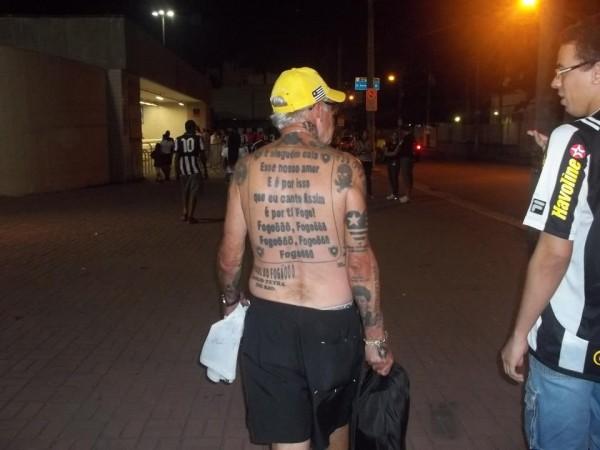Torcedor do Botafogo tem mais de 70 tatuagens do time 01
