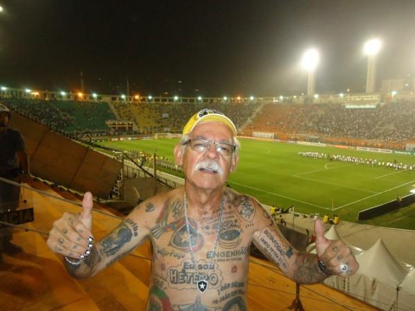 Torcedor do Botafogo tem mais de 70 tatuagens do time 02