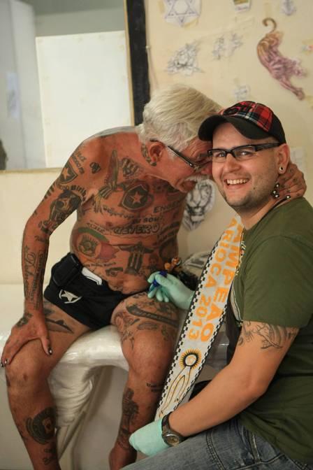 Torcedor do Botafogo tem mais de 70 tatuagens do time 06