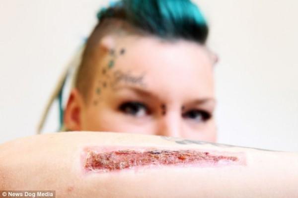 Mulher corta tatuagem com o nome do ex e envia para ele apos descobrir mentira 01