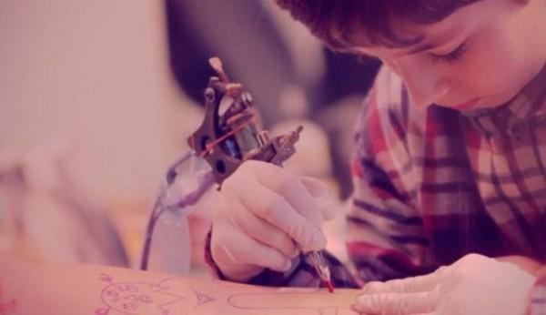 Menino de 7 anos tatua o braco do pai