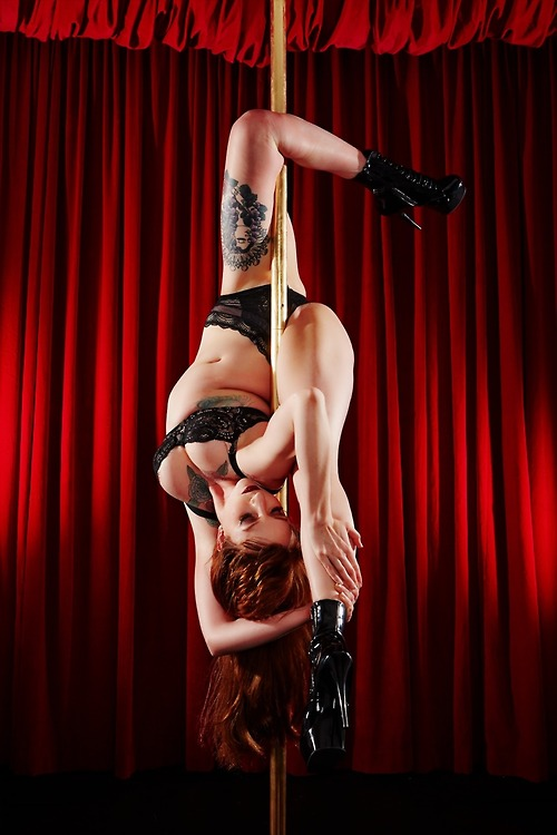 Poledancer tatuada 02