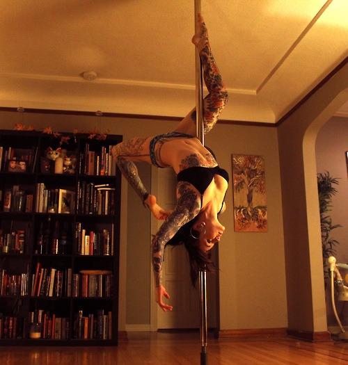 Poledancer tatuada 03