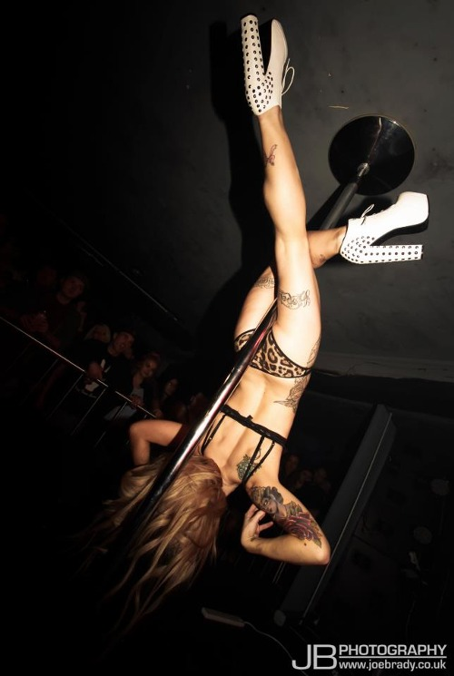 Poledancer tatuada 12
