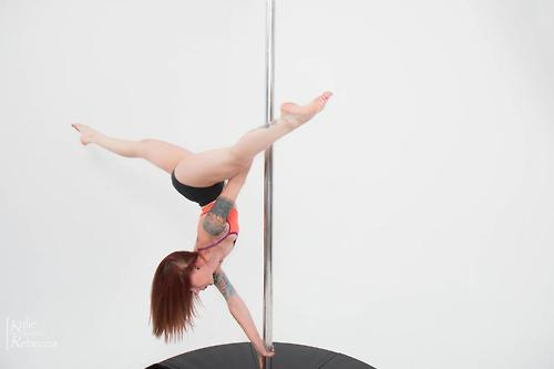 Poledancer tatuada 14